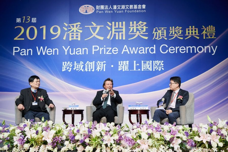 """Sin-Horng Chen (left), the acting principal of National Chiao Tung University (NCTU), and this year's winner, Chairman Archie Hwang (center) talk about """"Cross-Domain Integration and Application, Leading Taiwan's Semiconductor Industry to New Heights"""". Financial columnist Hung-Wen Lin is on the right."""