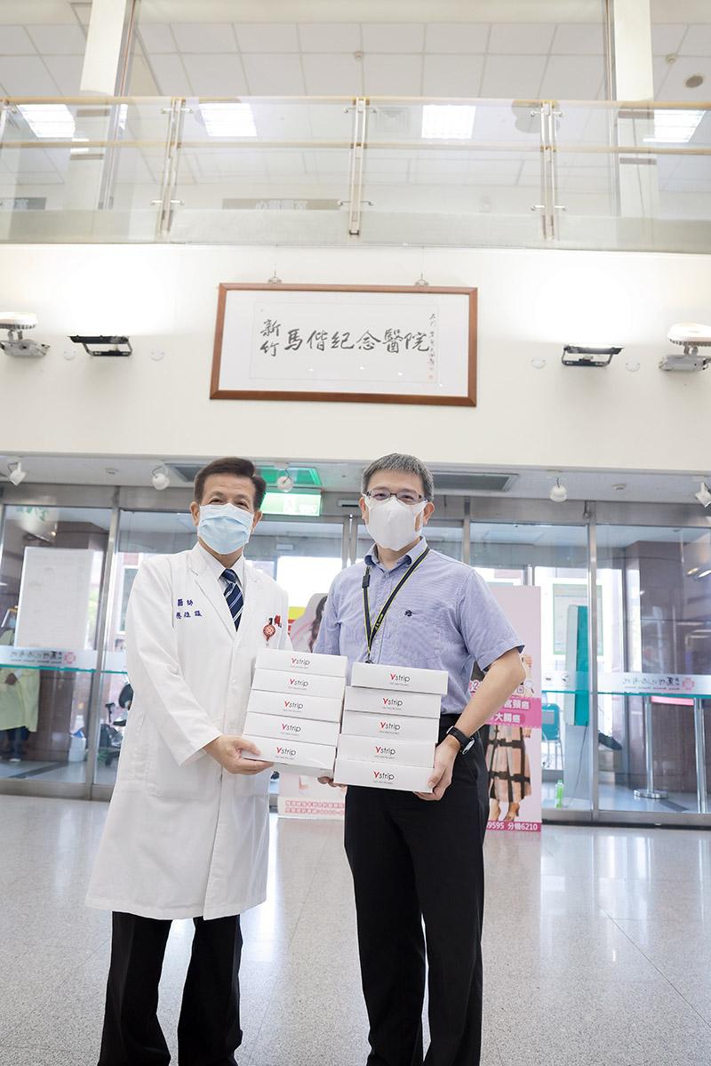 漢民科技副總劉順吉(圖右)捐贈新竹馬偕醫院副院長蔡維謀(圖左)COVID-19抗原檢測試劑